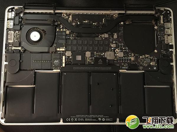 今天小编给大家分享的是给2013 款 15 英寸 MacBook Pro Retina 完全清洁的详细教程,一起来看看吧。 我们本次拆机的目标是:清理进出风口、散热管、风扇(清洁 + 润滑)以及更换 CPU 和显卡硅脂。 第一步:拆掉底壳。从拆机图片来看,进风口和出风口简直无法直视。