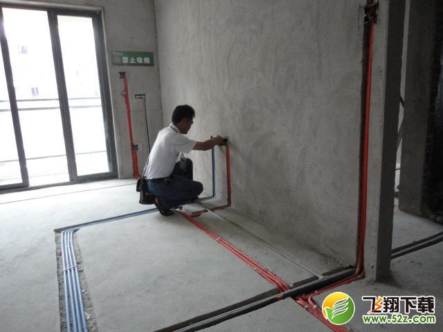 水电安装:水电安装是家装至关重要的隐患问题,也是大多数业主相对关心的问题,所以在施工中千万不要怕麻烦。要多与业主沟通,尽量做到业主今后的使用中水电的使用功能。   1、 水管管路开槽: 施工方法、先弹线,再开槽。管路开槽按要求必须是平行线与垂直线(如有水电施工图的对照施工图更好)。须平行走线的管路一律控制在60-90厘米高(从地面算起),有水龙头的管路必须垂直。深度控制在4厘米。线槽开好后施工负责人记好开槽管路尺寸、位置。方便以后洁具安装时知道管路的位置。   2、 水路管道安装: 用材要求、PPR管、铝