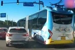 公交与宝马斗气是怎么回事 公交与宝马斗气是什么情况