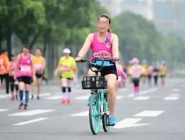 成都半马女子骑车是怎么回事 成都半马女子骑车是什么情况