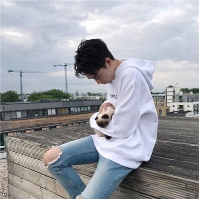 qq头像人抱着萌宠男生头像2019 最新帅气阳光少年抱萌宠男生头像精选