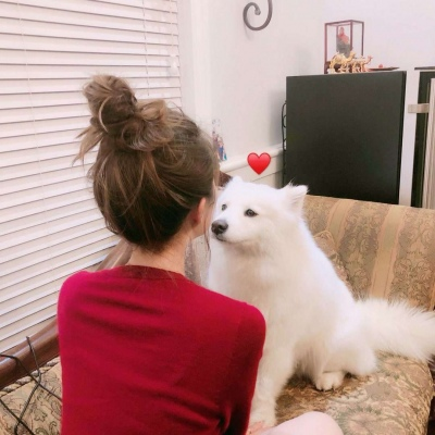 最新女生抱宠物的微信头像 2019女生头像大全可爱好看_52z.com